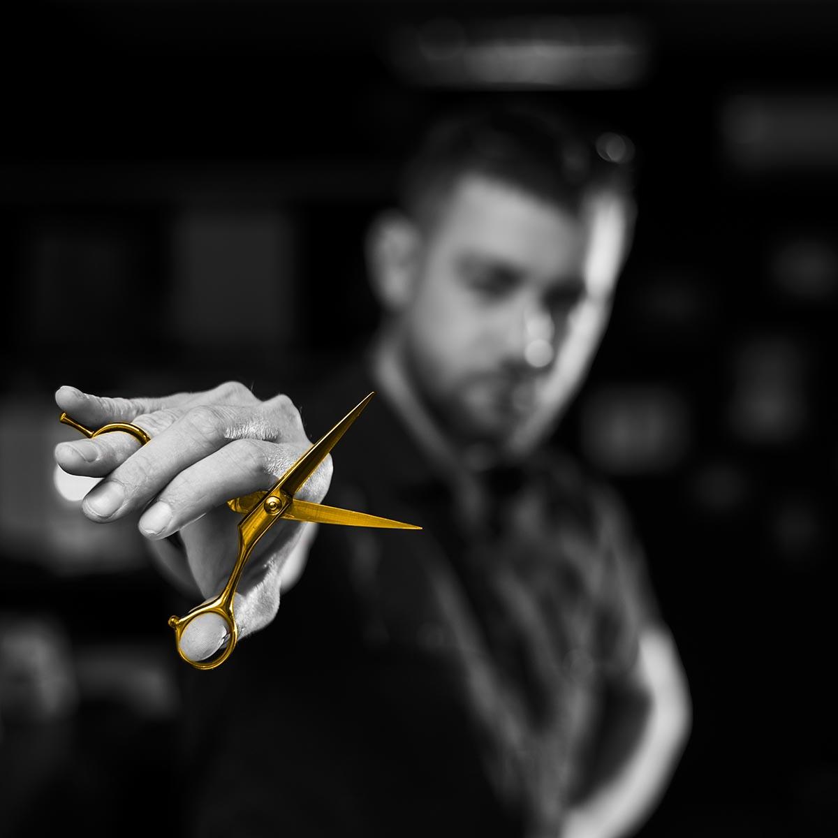 Erkek Kuaför Elinde Altın Makas