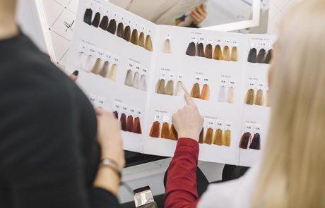 Katalogdan Saç Rengi Seçen Kadın